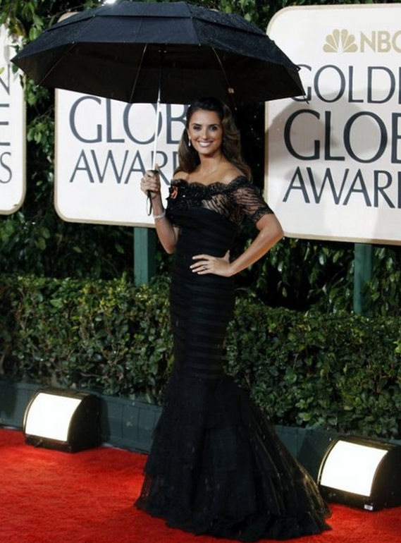 Penelope Cruz donned her high-end diamond bracelet to the NBC Golden Globe Awards.