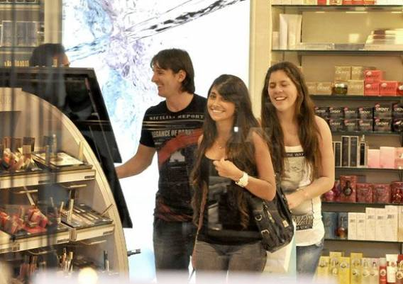 Beautiful Antonella Roccuzzo has been spotted several times with Lionel Messi and her friends out for shopping.