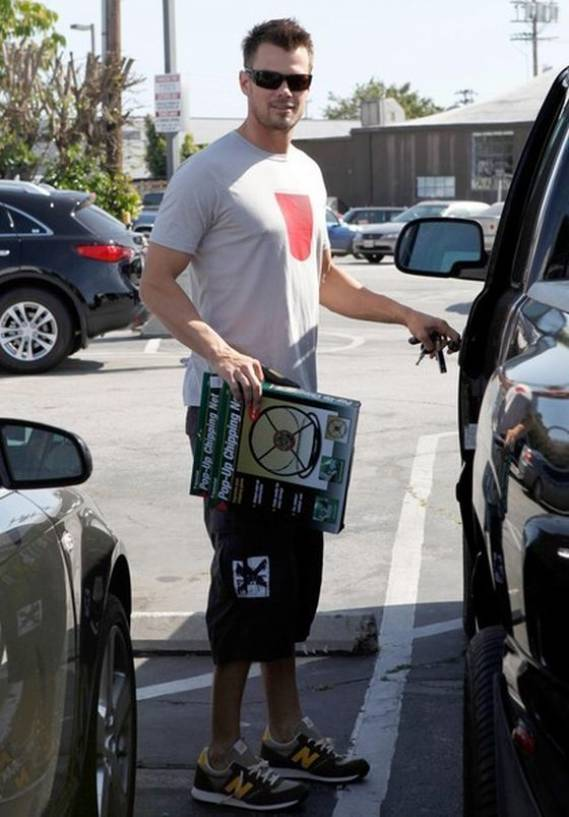 Josh Duhamel squared off his tees and shorts outfit with the 455 sneakers from New Balance