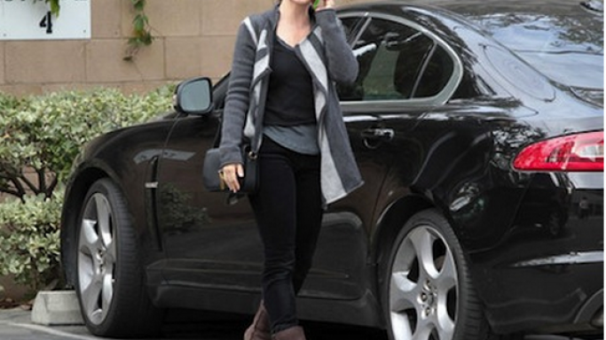 Kristin Davis, the style icon also posses love for auto beauty, she flaunts her black Jaguar XF.