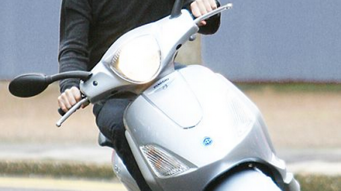 Bryan Adams is an avid lover of scooters and when he's not touring for musical concerts, he prefers to ride on his trusted Piaggio Fly and cruise around.