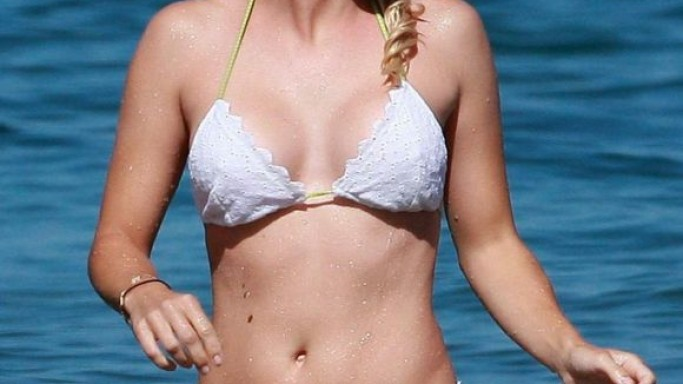 Actress Anna Faris was spotted cavorting on a Hawaiian beach clad in a white two piece bikini in August 2010.